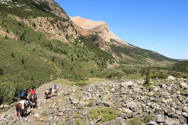 horseback-riding-in-glacier-national-park-poia-lake-ride